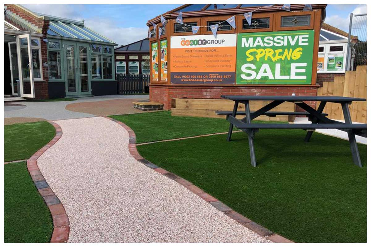 Walk bare foot on larghe samples of our four main artificial grass products, touch, feel and see the quality of our European artificial lawns.